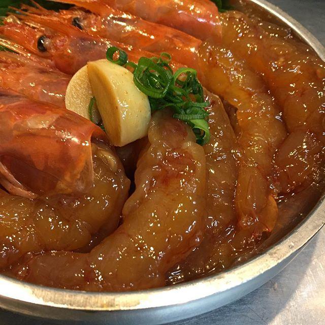 とりとんの隠れた名物「カンジャンセウ」…韓国では定番のカンジャンケジャン(カニの醤油漬け) 。あの味を日本でも作れないかと考え、もっと食べやすい物には出来ないかと考え誕生したメニューです! タッカンマリに次ぐ自慢の逸品です! 辛味が付いたヤンニョムセウもご用意してます! ご来店の際はぜひお試しを🦐  #カンジャンセウ#ヤンニョムセウ#カンジャンケジャン #エビ  今日も、『とりとん流』の暑苦しい鍋奉行で最高のタッカンマリをお客様に提供します! いつの日か日本の【鍋】ジャンルにタッカンマリを根付かせます!! スタッフ一同心よりお待ちしています。 『雑炊喰わざるもの鍋喰うべからず。』 #とりとん#タッカンマリ#横浜#韓国#水炊き#野毛#instafood#パッピンス#専門店#人気#鶏#マッコリ#followme#女子会#鍋#個室#VIP#サムギョプサル#肉#食べ放題#photooftheday#韓国料理#美容#instagood#雑炊喰わざるもの鍋喰うべからず
