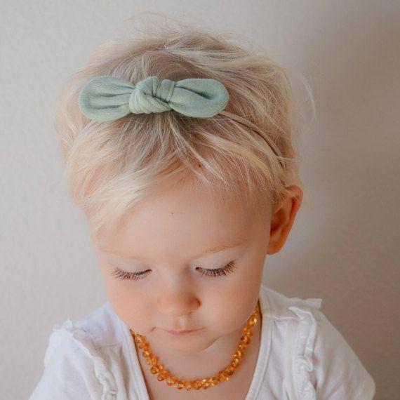 Pasgeboren hoofdband - salie Mini knoop hoofdband - Baby meisje hoofdband - Mini Bow hoofdband - Baby meisje Gift - pasgeboren hoofdbanden en strikken  ..........................................................................................  Deze aanbieding is voor (1) biologische SALIE Mini knoop hoofdband.  Je kleintje zal hoofden draaien in haar biologische salie Mini knoop hoofdband! Onze Mini knoop hoofdbanden zijn het perfecte cadeau voor het meisje in je leven. Maak je klaar om…