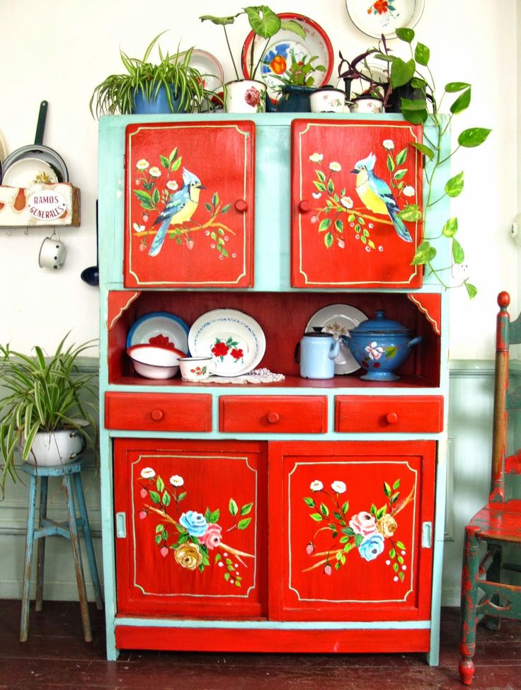 This is a shop with repainted furniture I think (translated page), photos and photos of colorful, happy tableaus.
