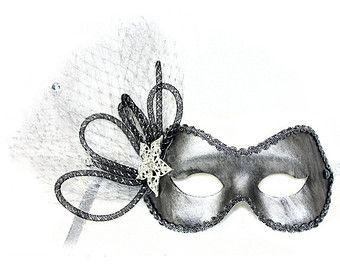 Rosa dice Ole. Un reflejo es filo rojo máscara de forma de moda con lentejuelas trenza y tiene dos rosas de Satén crinolina como un acento. Asegura con una banda elástica. Un verdadero toque español. Cada máscara es nuestro diseño original y mano adornado en los Estados Unidos.