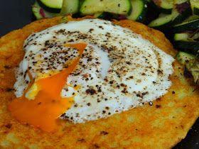 Składniki: ziemniaki (500g) 1 mała cebula (50g) 3 jajka (180g) olej (5ml) przyprawy (sól, pieprz)