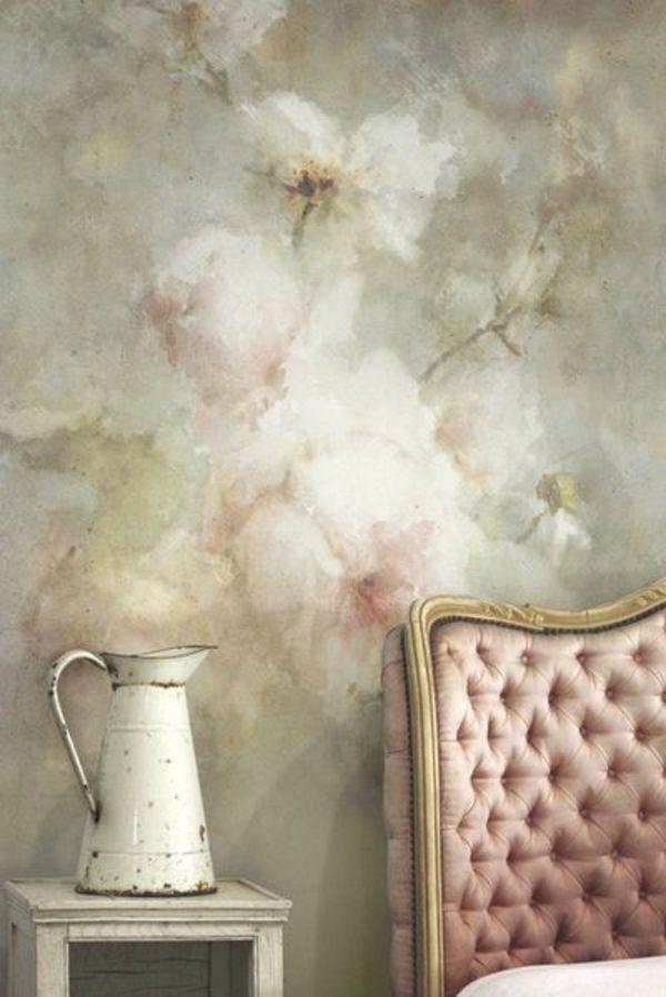 schlafzimmer wandgestaltung rosentapete rustikaler beistelltisch