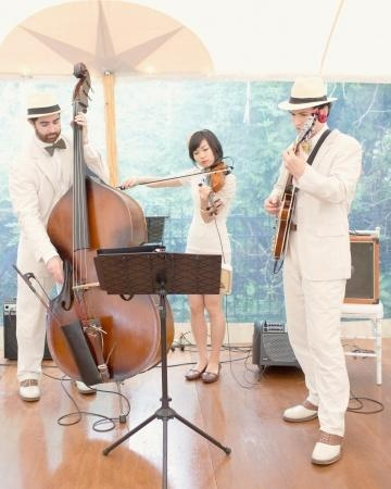 A live jazz band, Carte Blanche, performed French love songs during this couple's cocktail hour and dinner, setting a romantic tone for the evening