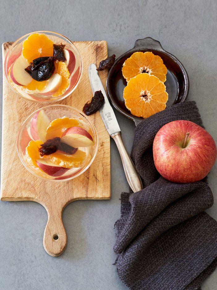 食物繊維のペクチンが豊富なりんごは、デトックスウォーターの定番素材。腸の働きを整える効果のあるプルーンに旬素材のみかんもプラスして、お腹の中からデトックス。プルーンの甘みがとても飲みやすいレシピ。|『ELLE a table』はおしゃれで簡単なレシピが満載!