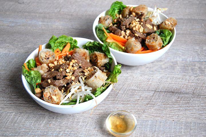 BOBUN Ingrédients (pour 2 personnes) : - Un bonne pièce de boeuf - Coriandre - Menthe  - Oignon - Carotte (en julienne) - Germes de Soja fraiches - Salade - Cacahuéte - Vermicelle de riz - 4 nems - Soja et Nuoc Mam