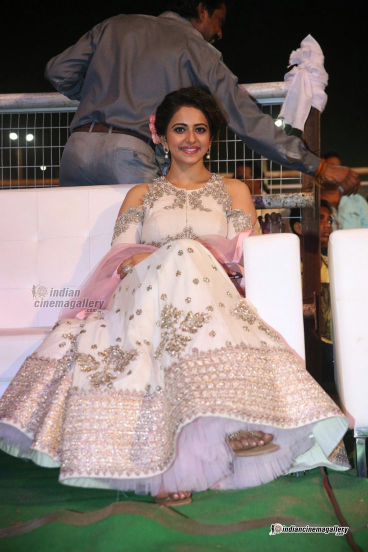 Rakul-Preet-Singh-at-Sarrainodu-Audio-Launch-(12)