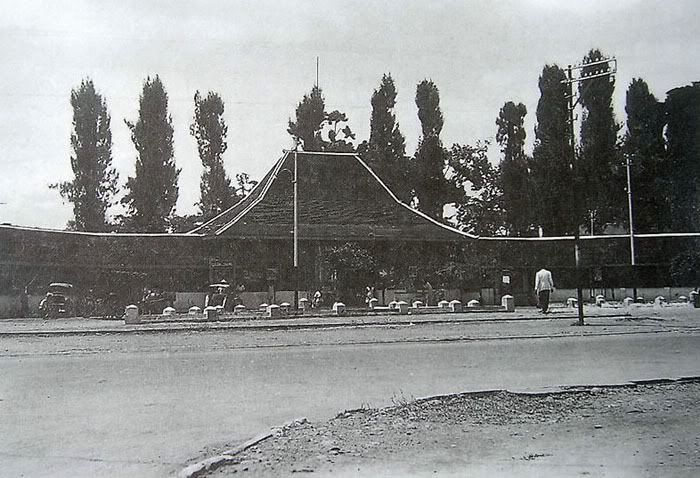 photo Sriwedari-Gerbang1940Krijgsman.jpg