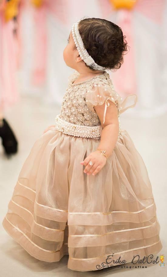 Uma princesa chamada Belle .... Ou será um anjo? Seu vestido  e cinto foram bordados em pérolas e ponto de luz e a saia com  pregas e fitas.