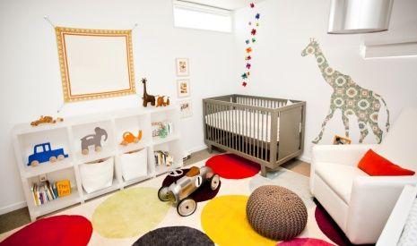 Quarto de bebê com luminária moderna - Moderna e linda a cúpula dessa luminária é prateada e deu um toque todo especial nesse quarto de bebê moderno e colorido.
