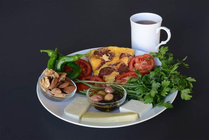 Bu kahvalti sizi en az 6-7 saat tok tutacak, böylelikle hem karaciger ve pankreasiniz dinlenebilecek hem de leptin hormonunuzun salgilanmasina olanak saglayarak depolarinizdaki fazla yaglarinizi yakmis olacaksiniz.