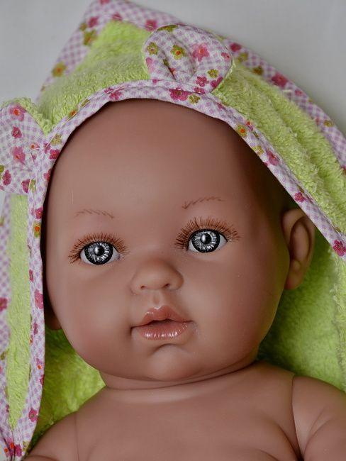 Realistické miminko chlapeček Tonino v osušce od firmy Vestida de Azul