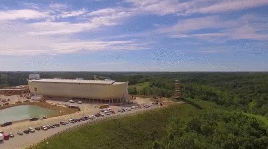 Jurassic Ark: La ciudad de Williamstown en Kentucky Estados Unidos inauguró este 7 de julio un parque temático religioso basado en el Arca de Noé. El parque está instalado dentro de una réplica a escala real del arca que aparece en el libro bíblico del Génesis. Los creadores de la atracción afirman que esta es la construcción de madera mas grande del mundo. [x x]