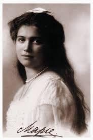 dit is Olga Nikolajevna Romanova, dit is de oudste dochter van de familie en is geboren op 15 november 1895 en overleden op 22 jarige leeftijd. ze was de grootvorstin van Rusland.