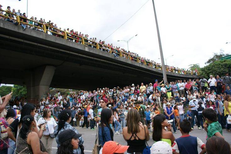 La gente se agolpa en las calles para ver pasar a los silletes y a los artistas que participan en el desfile.