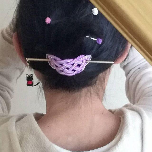 新作出来ました( ´ ▽ ` )ノ マジェスティックを使ってみました(^-^) スティックの先には黒子猫がゆらゆら(*´艸`*) こないだ出来たつぼみヘアピンで暴れる髪の毛を押さえてます٩(๑❛ᴗ❛๑)۶ 夜会巻きよりは弱いけど外れにくいし、普段使い出来るので気に入ってます♪ #水引 #水引アクセサリー #水引ヘアアクセサリー #マジェスティック #黒子猫 #まとめ髪 #簪 #和風
