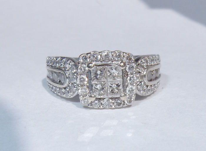 14 kt wit goud ring met diamanten totaal 103 ct - ondertekend Soffia.  Ring met natuurlijke diamanten voor een geschatte totaal van 103 ct.14 kt witgoud.Opschrift: 14 kt en Soffia.4 centrale prinses-cut diamanten van 0.08 ct elk ongeveer: 0.32 ct. kleur G duidelijkheid VSI8 ronde briljant-cut diamonds van ongeveer 0.03 ct elk voor een toal van 024 ct. F-G kleur VSI duidelijkheid.46 ronde briljant-cut diamonds van ongeveer 001 ct per stuk totaal 046 ct. F-G kleur VSI duidelijkheid.2 ronde…