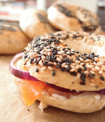 Sunday bagels with sesame seeds, cream cheese and cold smoked salmon. Recipe by Tummies full at massuttaynna.blogspot.fi in Finnish.