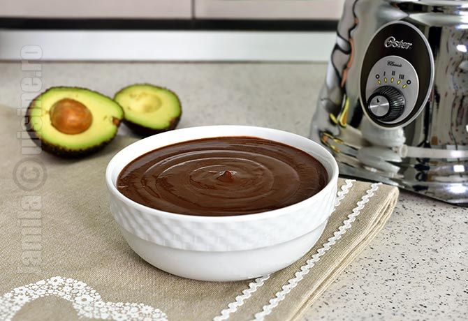 Budinca de ciocolata cu unt de arahide, avocado si banane
