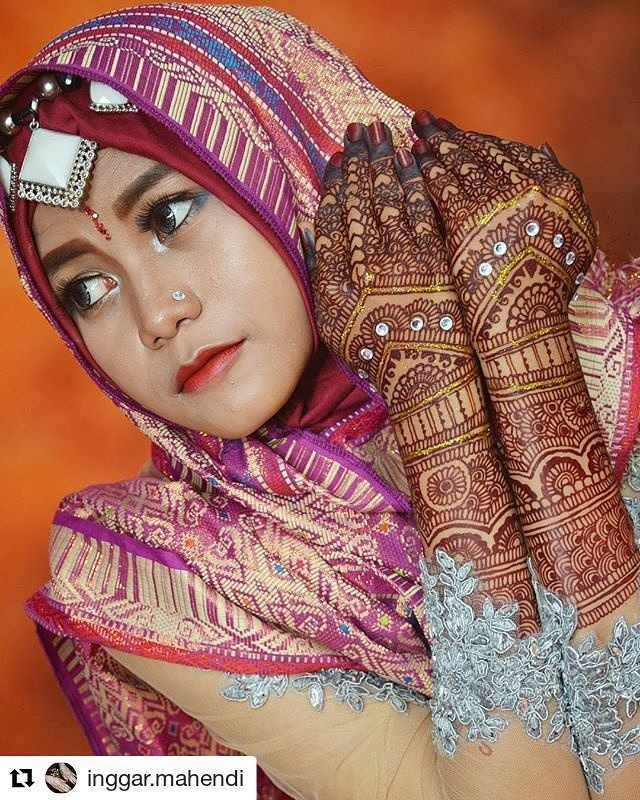 #follow@hennafamily #hennafamily #Repost @inggar.mahendi  Red Maroon Henna adalah henna instan yang menghasilkan warna merah marun kecoklatan. Henna i i biasa dipakai untuk pengantin India Arab Pakistan dan Timur Tengah. Henna ini memiliki kelebihan dari white henna dan gold henna karena : Tidak menutup pori-pori karena meresap ke kulit. Bisa dipakai untuk sholat. Bertahan sampai 5 hari. Dilukis H-2 / H-1 acara. Lebih nyaman di tangan. Rp 250k - 500k  #henna #hennadesign #hennawedding…