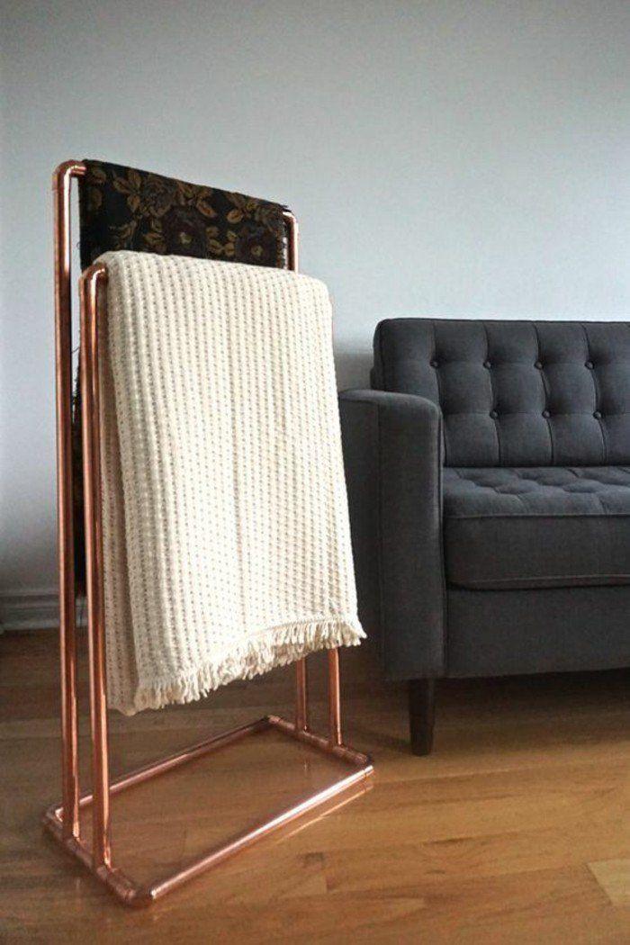 une échelle en tuyau cuivre pour ranges ses couvertures, solution élégante et originale