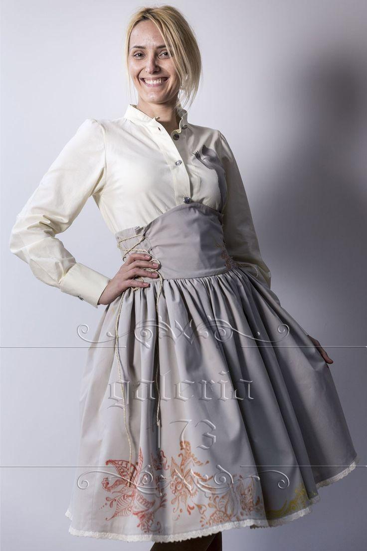 Fusta   corset Hena, model unicat, realizata si pictata manual. Compozitie: Bumbac   100%. Fusta se potriveste marimilor40 si 42 (datorita corsetul, rochia, se poate adapta si la marimi   mai mici).