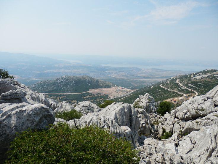 Mali Alan, Velebit, Croatia. Zcela vlevo je vidět novou dálnici i s odpočivadlem. http://jhrdy.webgarden.cz/rubriky/chorvatsko-2013/mali-alan-vinnetou