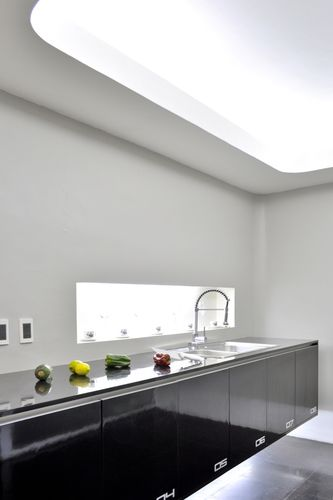 Tidy ian cocina muro blanco estante negro iluminacion