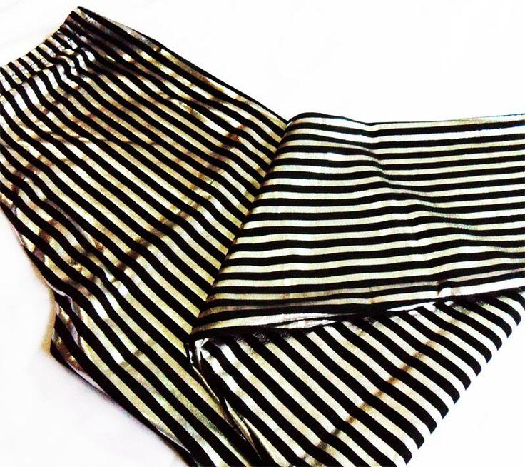 Pantalón tipo legging bota semi-recta rayas plateadas y negras.