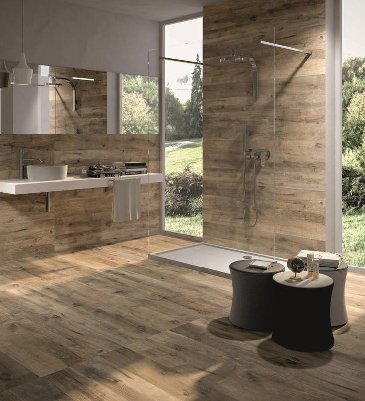 baño con ducha y losas que imitan madera
