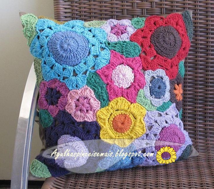 Almofada de crochê com rosas sobrepostas em barbante cru                Almofadas composta de círculos em barbante color...