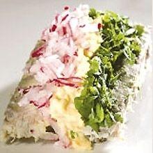 Ida Davidsen smørrebrød med makrefilet, røræg, radiser og blandede krydderurter.