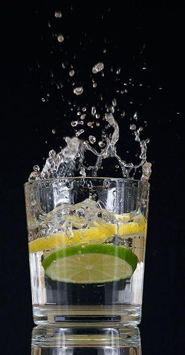 GIN TONIC Receta completa Un buen gin-tonic se puede hacer sencillamente con hielo, ginebra, tónica, un cítrico y un buen recipiente. Nada más Enlace al artículo: http://malditoinsolente.com/cocina-y-bebidas/los-sedientos/3960-gin-tonic