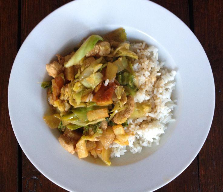 Spitskool met kip en rijst, een recept dat ik ooit van 'n Surinaams vriendinnetje kreeg. Sindsdien heeft het heel vaak op tafel gestaan. Lekker en goedkoop!
