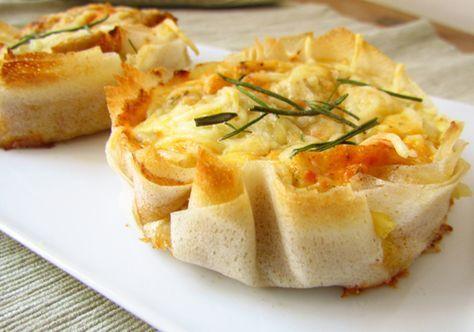 2 feuilles de brick, 1 œuf, 1boîte de thon, gruyère râpé, une c de crème, câpres, sel, poivre, curcuma, ciboulette ciselée Prenez 2feuilles de brick, pliez-les en 2, coupez à la forme de votre moule de manière à avoir 4épaisseurs de brick. Mélangez ts ls ingrédients restant dans saladier, battez et garnissez vos fonds de tarte. Enfournez à 180°C pendant 10min environ. => Variante avec ajout crevettes et julienne de légumes