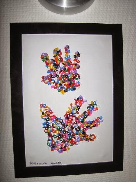 Philip, Olivia og jeg har leget med perler igen, igen, igen. Denne gang har vi lavet håndaftryk:  Vi gjorde sådan her: 1) Tegn en hån...