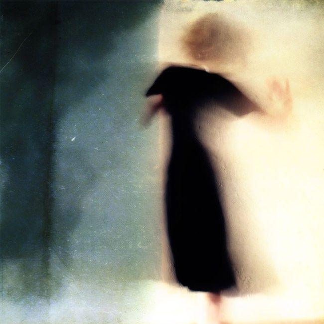 Nel mondo immaginario di Mirjam Appelhof, figure malinconiche senza volto sono sferzate da un vento carico di emozioni contrastanti.
