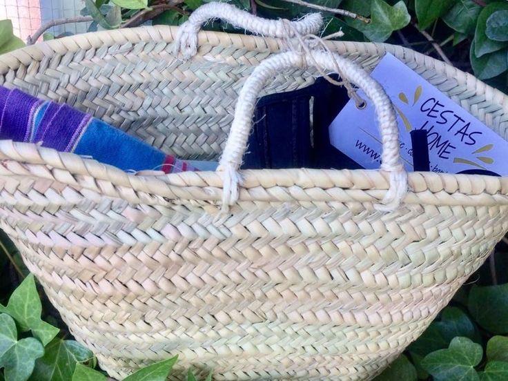 """¡¡1 de agosto!! ¡¡Solo necesitas la toalla en tu capazo de palma y a la playa!!! O a la piscina!!! Si todavía no tienes el tuyo, cómpralo al mejor precio y con la calidad de una cesta de Cestas Home en cestashome.com. Elige el tamaño que te convenga, pero el """"mini"""" es genial. Son cestas artesanales, tejidas con productos naturales."""