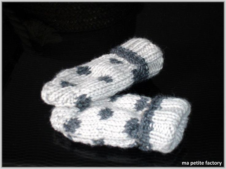 pour mon ♥ petit bébé ♥ qui va arriver en février , j'ai tricoté des petites moufles (sans pouces) à mon avis, elles seront un peu grandes, mais, comme ça, elles lui iront plus longtemps ...  - tuto moufles bébé à pois ma petite factory.pdf n'hésitez...