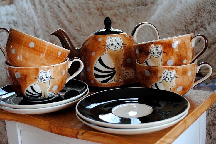 Hnědá sedící kočka - keramika www.rucnemalovane.cz