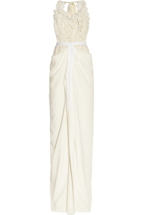 Vestido de novia otoño 2013 con corpiño repleto de flores en relieves, plisado y lazo en la cintura - Foto Net a Porter