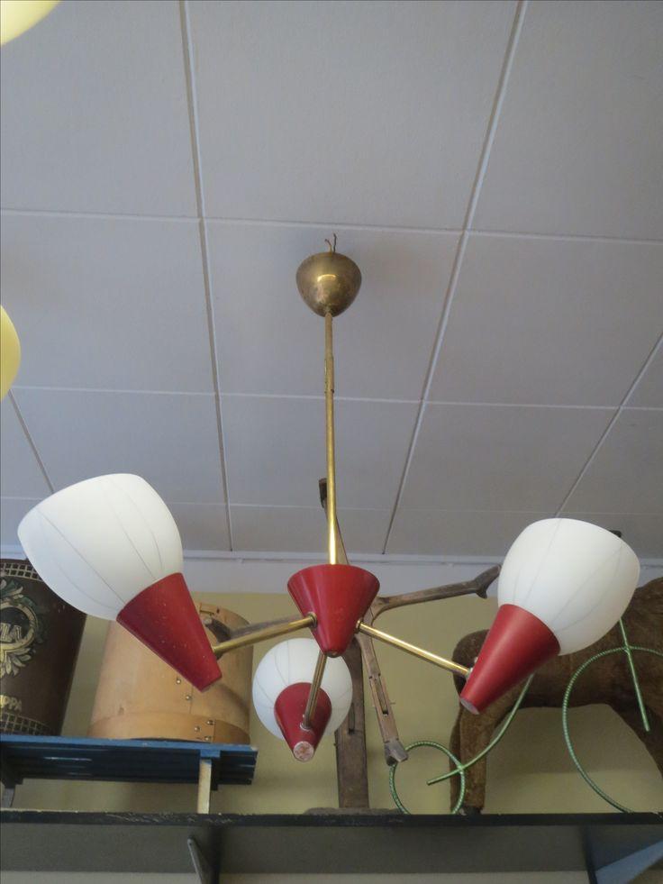 50-luvun hyvännäköinen kattovalasin.  Kuvut ovat lasia, varsi messinkiä ja punaiset osat ovat metallia. Messinki- ja maalatuissa osissa ajan patinaa.  Valaisin on siistikuntoinen ja toimiva.  Korkeus 70cm.  110 euroa.