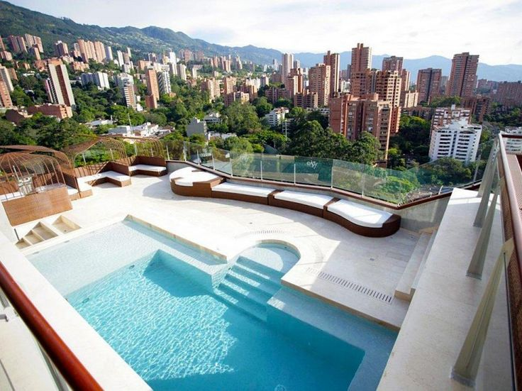 Es la piscine en Medellin Columbia. Tiene es pasar un rato con los amigos.
