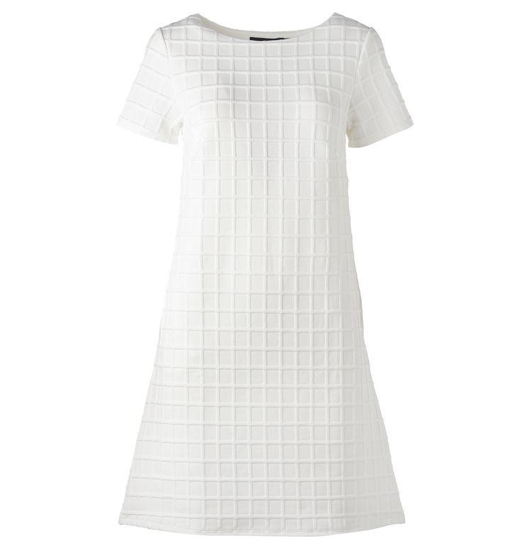 Puhtaan valkoisessa mekossa on kuviointi, joka muistuttaa vohvelikangasta. 34,95€