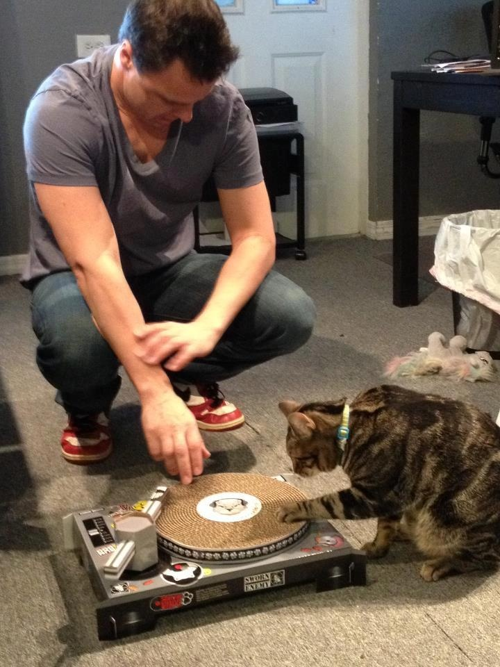 Markus Schulz teaching his cat to mix Love Markus? Visit http://trancelife.us to read our latest #GDJB reviews!