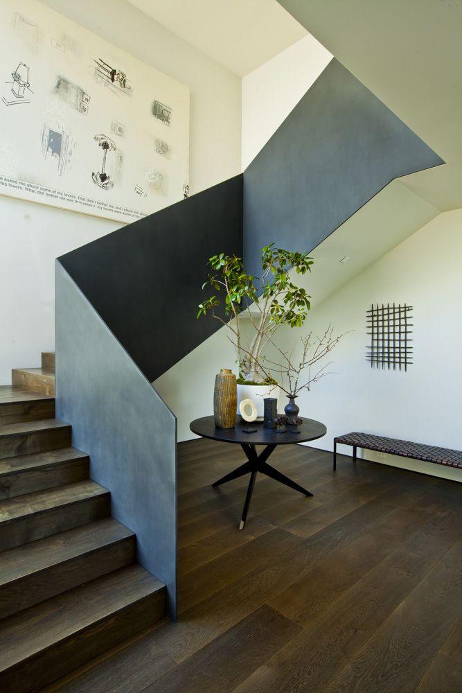 schöne Treppenführung, interessante Brüstung. Trotzdem lieber Glas bei freier Treppe? Treppe im Flur oder integriert in Wohnfläche? Treppe eingebaut der lieber frei?