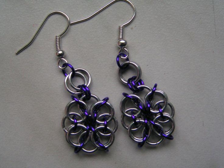 Květinky fialové Drobný kvítek v barvě stříbrné s kombinací fialové. Náušnice jsou vyrobeny z eloxovaných hliníkových kroužků, jsou barevně stálé, neoxidují, nealergizují. Délka cca 3cm.