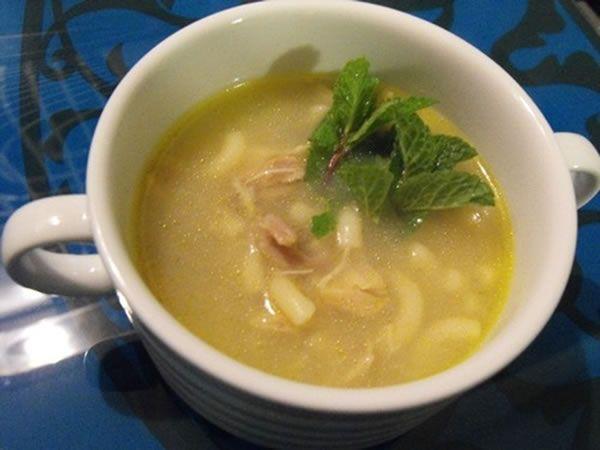 Le potage (canja) de poulet est une soupe typique portugaise , extrêmement simple à cuisiner et très réconfortante, surtout sur des jours plus froids.