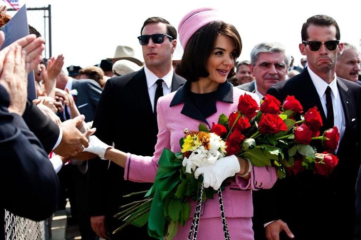 """Katie Holmes interpreta un'iconica Jackie nella serie tv """"I Kennedy"""", immancabile il tailleur rosa!"""