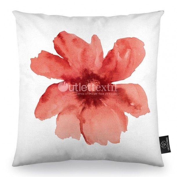 Cojín Decorativo NATURE A Textil Design. Aparece un estampado formado por una gran flor de color vino. Es perfecto para combinar con la funda nórdica y las cortinas AUTUM, con las que podrás hacer una bonita combinación.