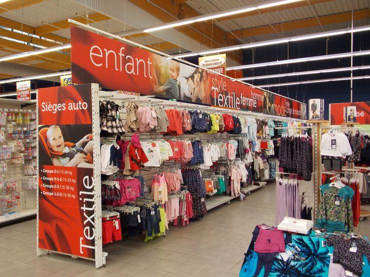 Habillage du rayon textile aux couleurs de la marque Tissaïa de E.Leclerc. © Pub Colaut